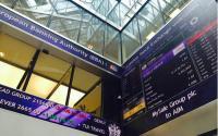 伦敦证券交易所100指数交易的伦敦证券交易所股票收盘价上涨三分之二