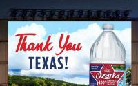 Ozarka品牌的100%天然矿泉水打造了汽车电影节