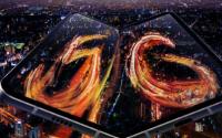 三星W205G配备一块7.3英寸动态AMOLED大屏